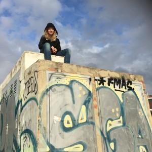 Klätterapan Moltas på graffiti-vägg vid badhuset i Sitges